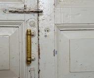 Vecchia porta, penna, annata, pittura, bianco, carta da parati, bullone, maniglia di rame, valvola, casa, stanza, di legno Immagine Stock