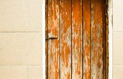 Vecchia porta rossa di legno nella parete Immagini Stock Libere da Diritti