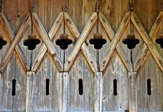 Vecchia porta scolpita nel granaio Immagini Stock Libere da Diritti