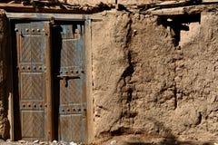 Vecchia porta su una casa del villaggio Immagini Stock