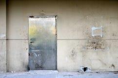 Vecchia porta sulla vecchia parete Immagini Stock Libere da Diritti
