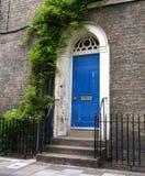 Vecchia porta sulla via Fotografia Stock Libera da Diritti