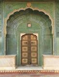 Vecchia porta in un palazzo. Immagine Stock