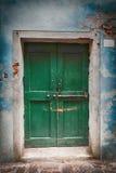 Vecchia porta verde bloccata di legno fotografia stock