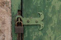 Vecchia porta verde con una serratura Immagini Stock