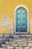 Vecchia porta verde rustica immagini stock libere da diritti