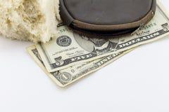 Vecchia portafoglio/borsa con le note del dollaro e una crosta di pane Fotografie Stock