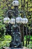 Vecchia posta della lampada del metallo in un parco a Salisburgo, Austria Immagini Stock
