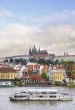 Vecchia Praga, fiume di Vltava sotto il sole di autunno Fotografia Stock