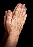 Vecchia preghiera spiegazzata delle mani Immagine Stock