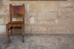 Vecchia presidenza vicino alla vecchia parete fotografia stock libera da diritti