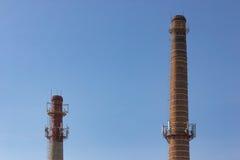 Vecchia produzione del tubo e della torre sui precedenti di cielo blu Immagine Stock
