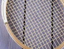 Vecchia racchetta di tennis di legno sopra fondo di legno immagini stock