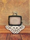 Vecchia radio con un elefante del giocattolo Fotografie Stock