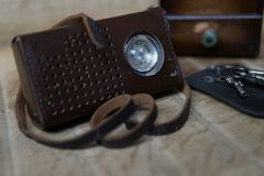 Vecchia radio d'annata su legno immagini stock