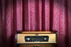 Vecchia radio dell'annata su priorità bassa rossa 2 Fotografia Stock Libera da Diritti