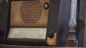 Vecchia radio e una lampada da tavolo antica fotografia stock libera da diritti