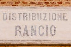 Vecchia razione-distribuzione del segno scritta in di lingua italiana Immagini Stock