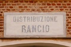 Vecchia razione-distribuzione del segno scritta in di lingua italiana Fotografie Stock Libere da Diritti