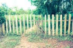 Vecchia recinzione di legno con il portone in foresta in campagna G verde fotografia stock libera da diritti