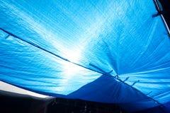 vecchia rete blu di ombreggiatura con la luce del sole nella struttura all'aperto del mercato Fotografia Stock Libera da Diritti