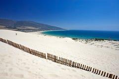 Vecchia rete fissa che attacca dalle dune abbandonate della spiaggia sabbiosa Immagini Stock
