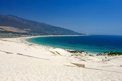 Vecchia rete fissa che attacca dalle dune abbandonate della spiaggia sabbiosa Immagine Stock Libera da Diritti