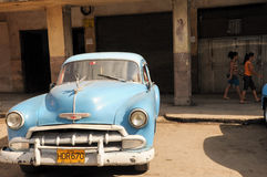 Vecchia retro automobile americana sulla via in Havana Cuba Fotografia Stock Libera da Diritti