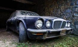 Vecchia retro automobile arrugginita nel garage del villaggio Fotografia Stock