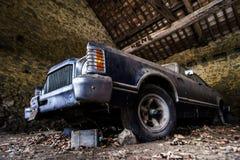 Vecchia retro automobile arrugginita nel garage del villaggio Immagine Stock Libera da Diritti