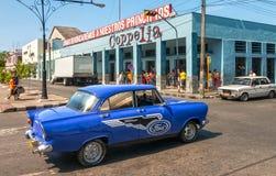 Vecchia retro automobile d'annata sulla strada alla via di EL Prado di Paseo Fotografia Stock