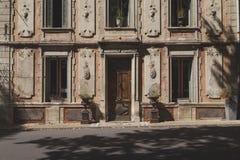 Vecchia retro facciata di rinascita con gesso incrinato, Francia Immagine Stock