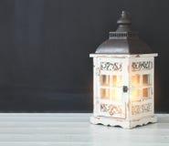 Vecchia retro lampada vicino alla lavagna nera in bianco vuota immagini stock