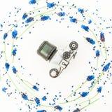 Vecchia retro macchina da presa e fiori blu su fondo bianco Disposizione piana Vista superiore Fotografie Stock Libere da Diritti