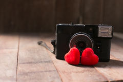 Vecchia retro macchina fotografica con il concetto creativo di fotografia di amore del cuore Fotografie Stock Libere da Diritti