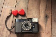Vecchia retro macchina fotografica con il concetto creativo di fotografia di amore del cuore Immagini Stock Libere da Diritti