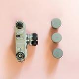 Vecchia retro macchina fotografica con la scatola tre per il film su fondo rosa Immagini Stock Libere da Diritti