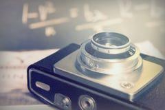 Vecchia retro macchina fotografica d'annata con deriso sul giornale Immagine Stock Libera da Diritti