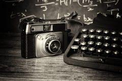 Vecchia retro macchina fotografica d'annata con la macchina da scrivere antiquata Immagini Stock