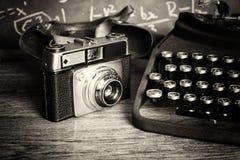 Vecchia retro macchina fotografica d'annata con la macchina da scrivere antiquata Fotografia Stock