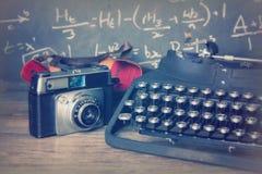 Vecchia retro macchina fotografica d'annata con la macchina da scrivere antiquata immagini stock libere da diritti