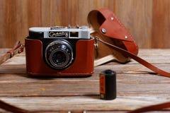 Vecchia retro macchina fotografica d'annata Smena-8 della foto su fondo di legno Fotografia Stock Libera da Diritti