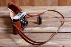 Vecchia retro macchina fotografica d'annata Smena-8 della foto su fondo di legno Fotografia Stock