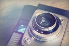 Vecchia retro macchina fotografica d'annata su fondo di legno Fotografie Stock