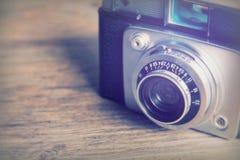 Vecchia retro macchina fotografica d'annata su fondo di legno Immagini Stock Libere da Diritti