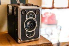 Vecchia retro macchina fotografica di scatola d'annata che resta sulla parte di sinistra immagini stock libere da diritti
