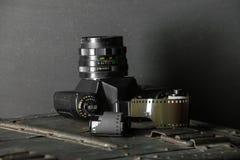 Vecchia retro macchina fotografica e 35 millimetri Immagine Stock Libera da Diritti