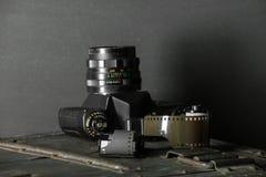 Vecchia retro macchina fotografica e 35 millimetri Fotografie Stock