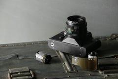 Vecchia retro macchina fotografica e 35 millimetri Fotografie Stock Libere da Diritti