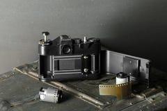 Vecchia retro macchina fotografica e 35 millimetri Immagine Stock